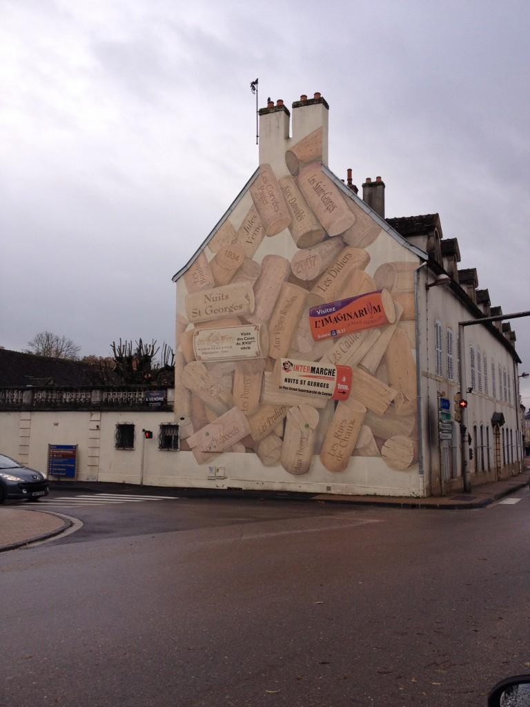 Una casa in Borgogna dove sono dipinti tappi di vino.