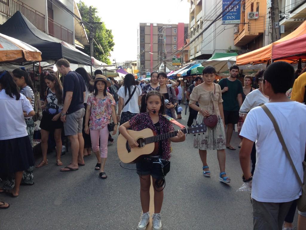 Artisti di strada, anche giovanissimi al Saturday Walking Street di Chiang Mai.