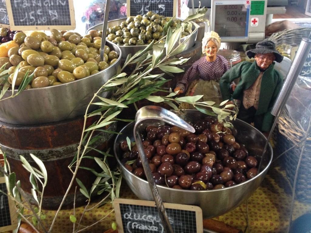 Olive in vendita al mercato di Antibes.