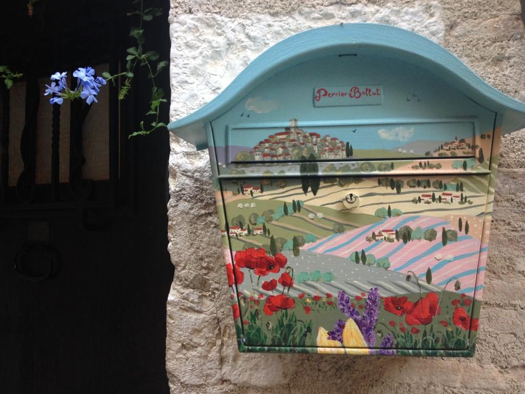 Una cassetta delle lettere dipinta a Saint-Paul de Vence.