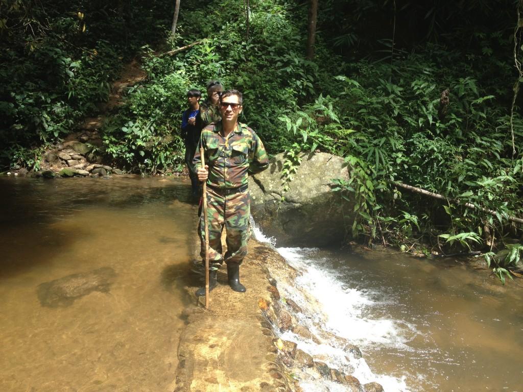 L'attraversamento di un fiume durante l'escursione.