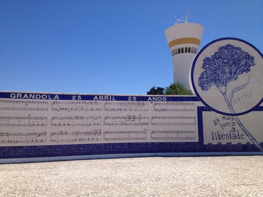 La piazza dedicata alla Rivoluzione dei Garofani, nella cittadina portoghese di Grândola. @oltreilbalcone