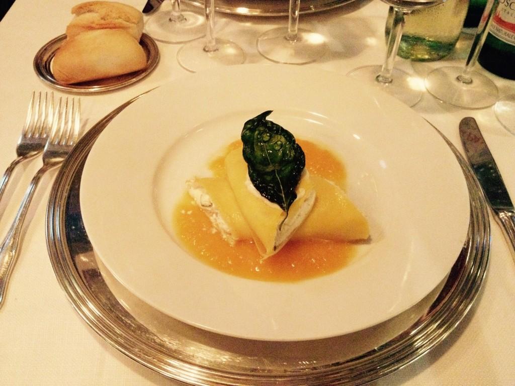 Tronchetti con ricotta, zucchine e menta, su specchio di crema di zucca, zenzero e basilico fritto @oltreilbalcone