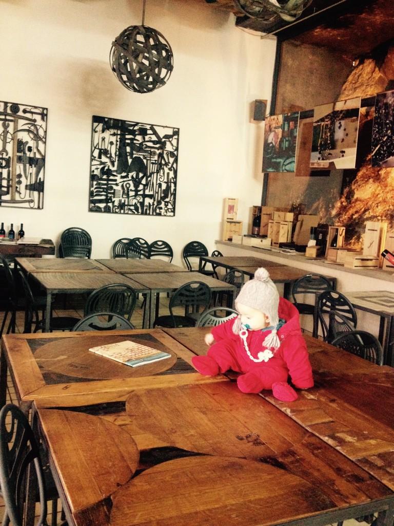 La sala di degustazione di Michele Satta (e c'è anche il bebè, compagno di viaggio).