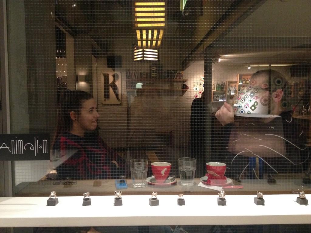 Bord de l'Eau: dalla gioielleria si ammira il bar (e viceversa) @oltreilbalcone