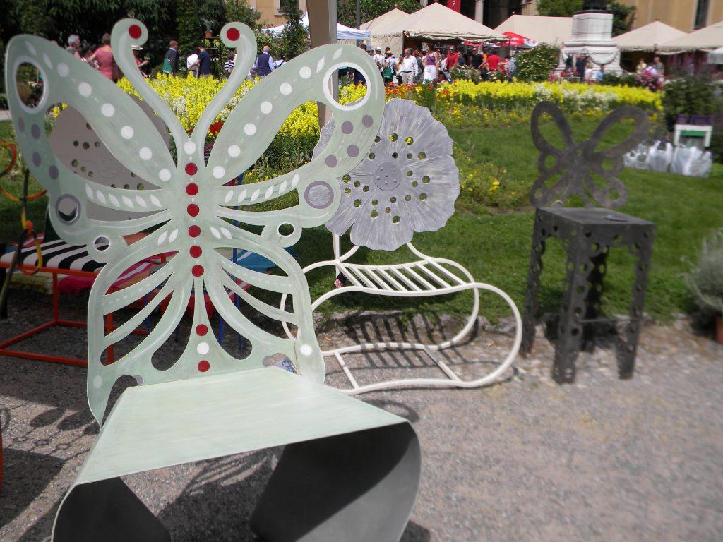 Le sedie-sculture a farfalla, in una passata edizione di Orticola.