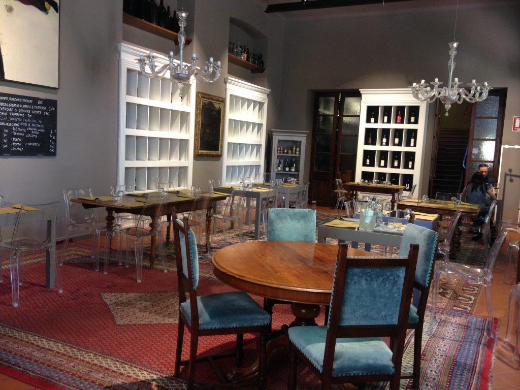 La sala interna dell'Osteria dell'Enoteca a Canale.