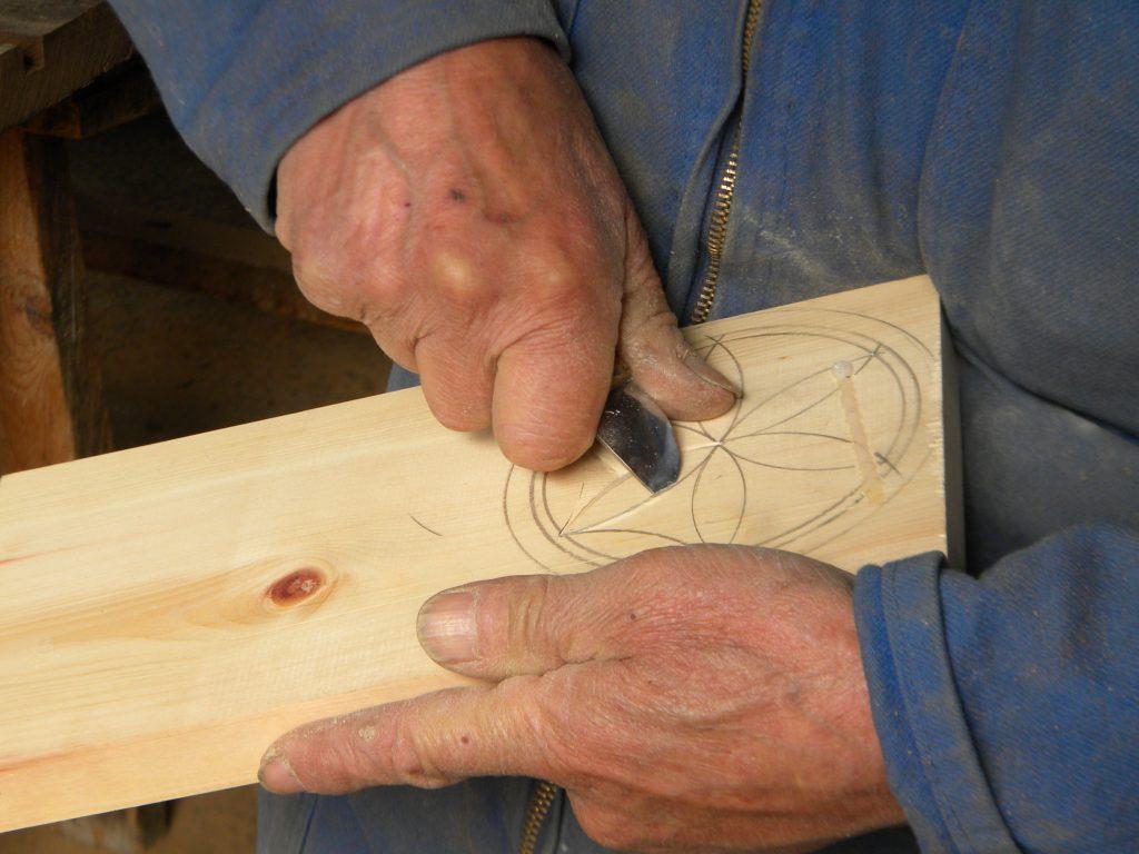 Artigiano che scolpisce la rosa del Queyras, motivo tipico. @oltreilbalcone