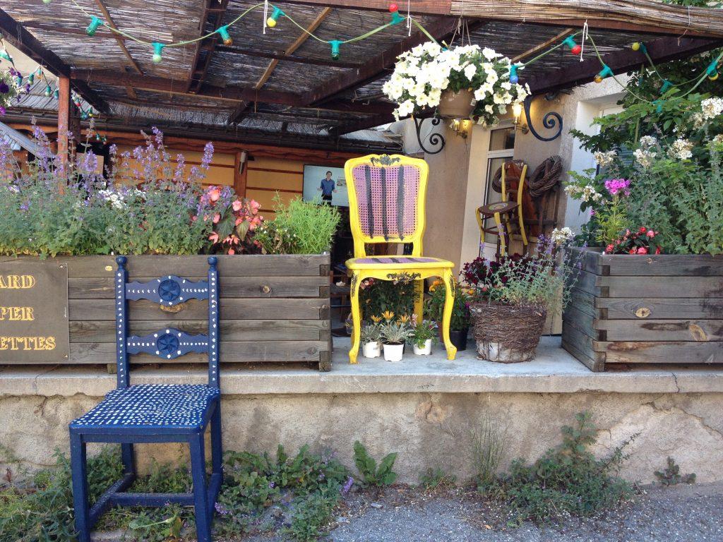 Aiguilles, le sedie sono la decorazione in occasione della festa del paese. @oltreilbalcone