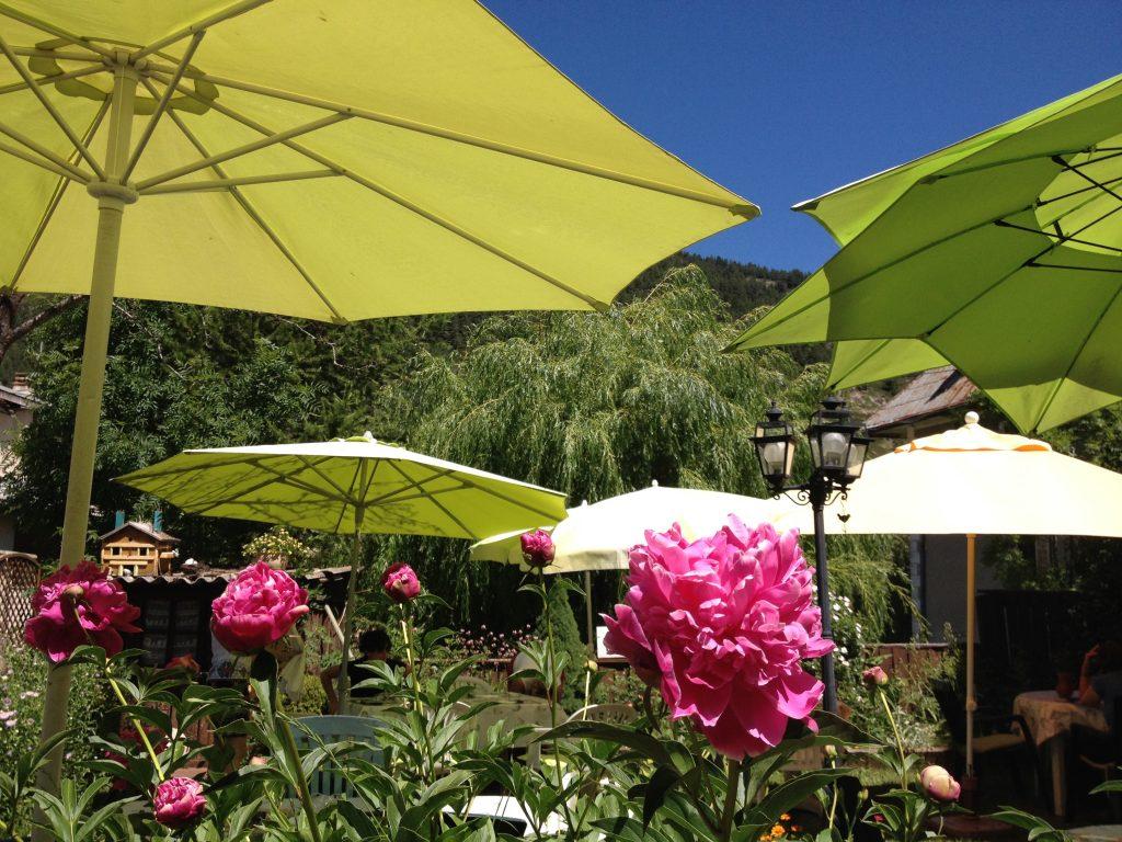 Tavolini all'aperto al Bar du Village. @oltreilbalcone