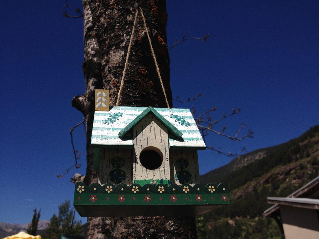 Casetta per gli uccelli al Bar du Village. @oltreilbalcone