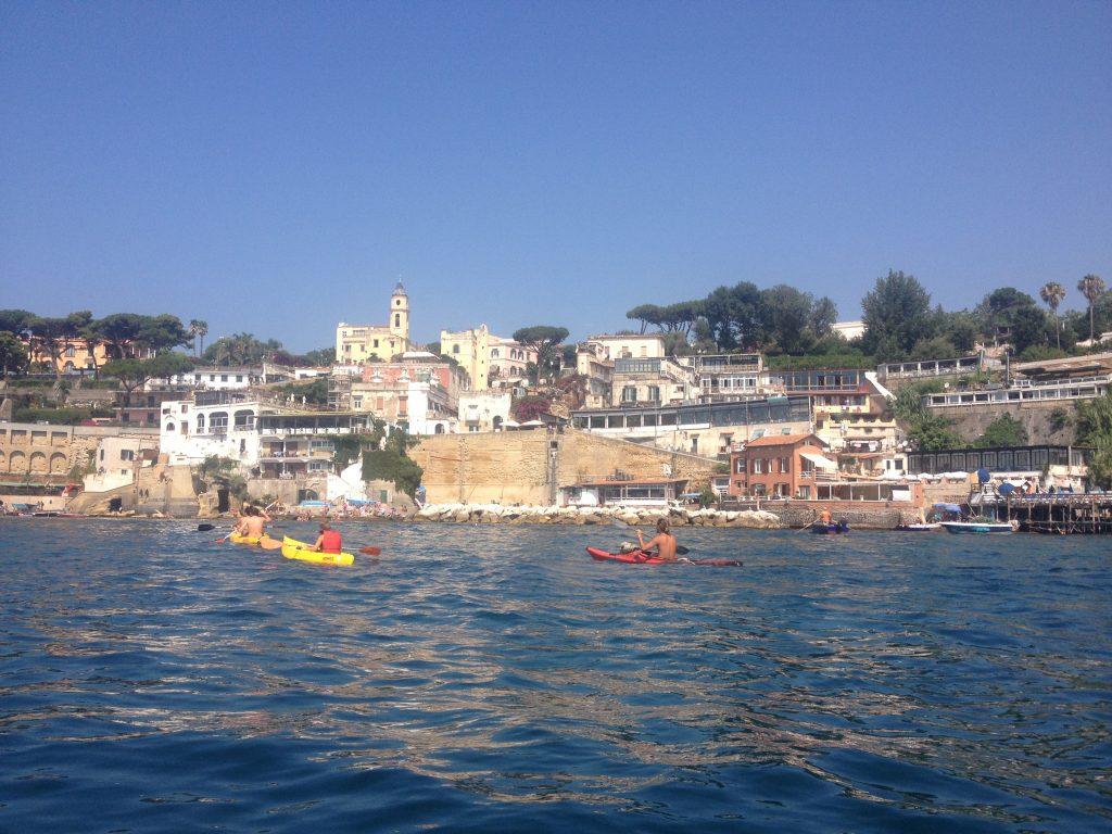 Il borgo Marechiaro visto dal mare.
