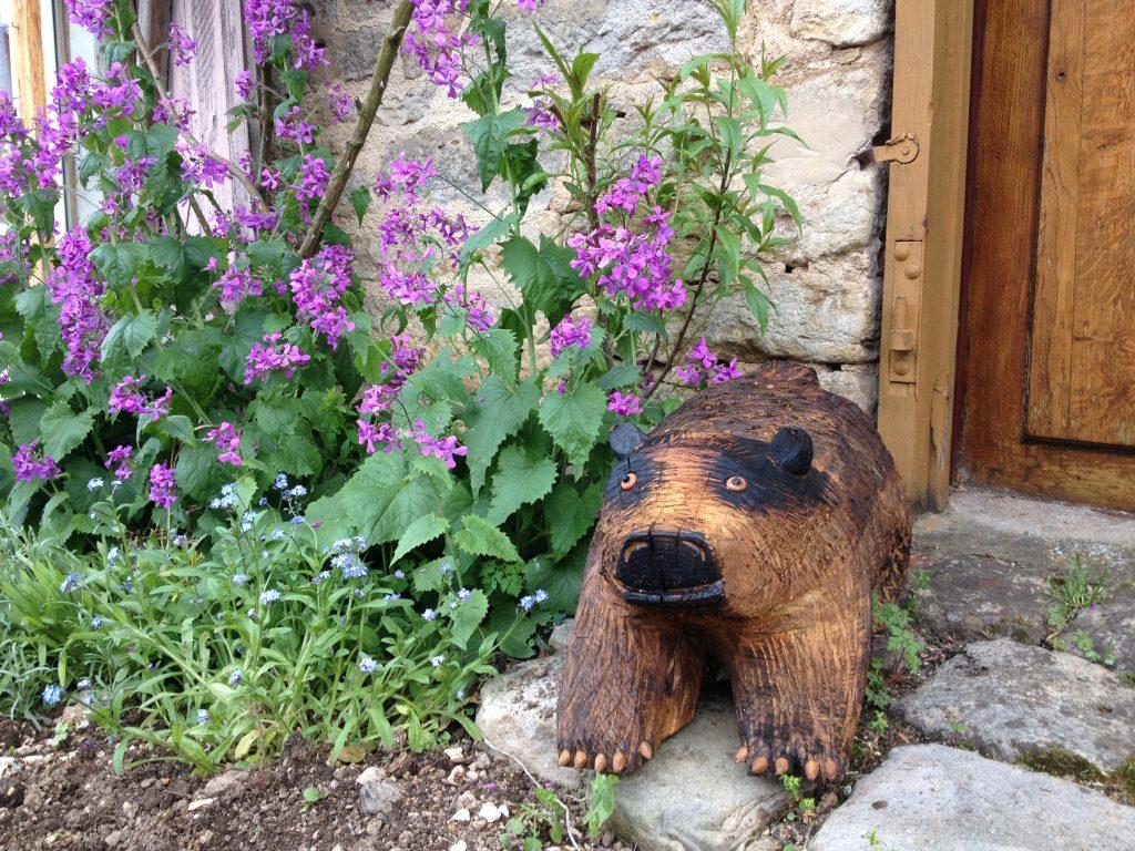 Un orso in legno dà il benvenuto nell'ingresso di una casa di Châteauneuf.