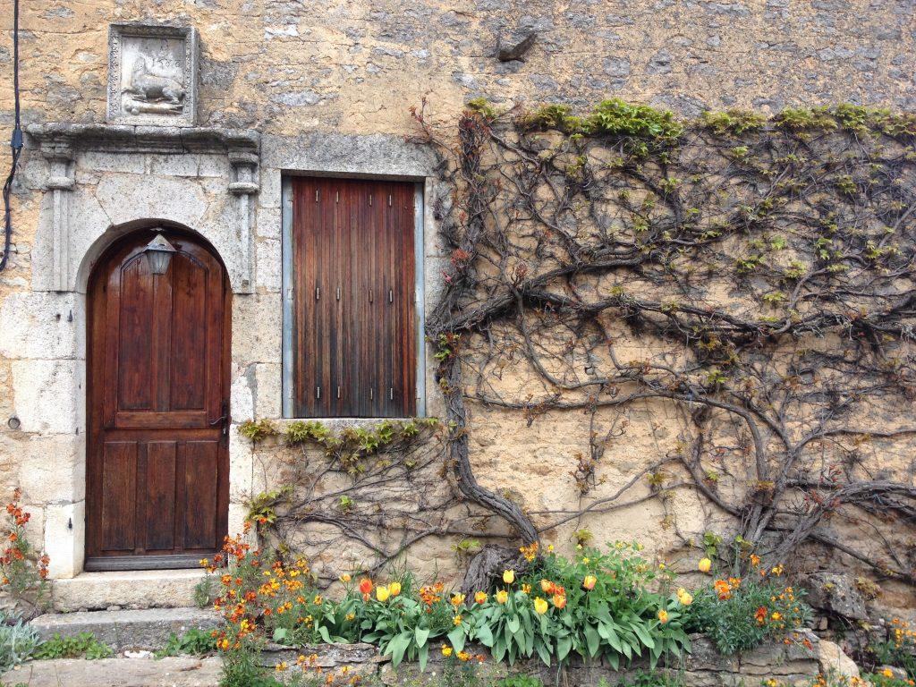 Una casa di Châteauneuf impreziosita da una vite americana rampicante.