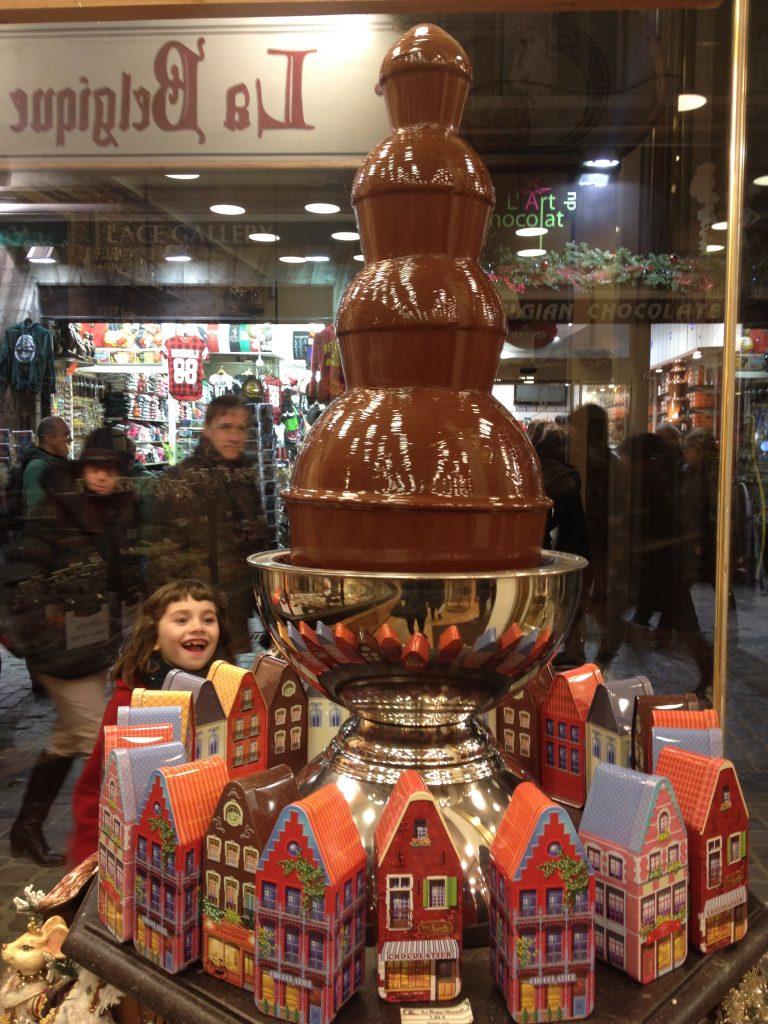 Bambina in estasi davanti ad una delle tante cioccolaterie del centro storico. @oltreilbalcone