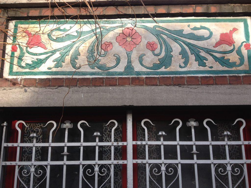 Motivo floreale di una casa popolare a Jette. @oltreilbalcone
