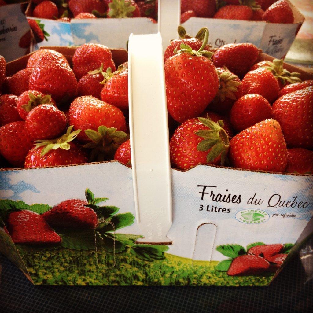Un cestino di fragole al Marché du Vieux-Port di Québec