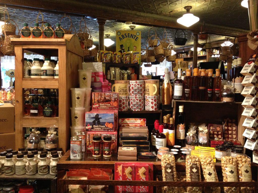 Alcuni dei numerosi prodotti in vendita da J. A. Moisan in rue Saint-Jean.