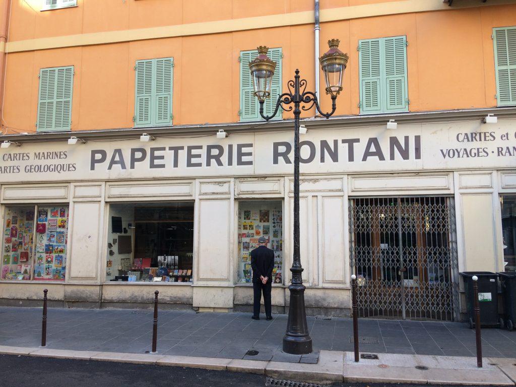 Una caratteristica cartoleria nella Vieux Nice