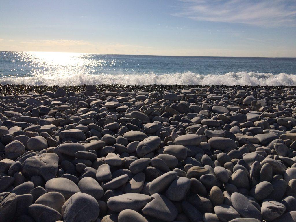 La spiaggia di ciottoli di Nizza, in inverno.
