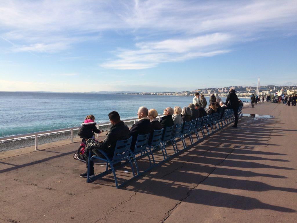 Le caratteristiche sedie blu della Promenade des Anglais.
