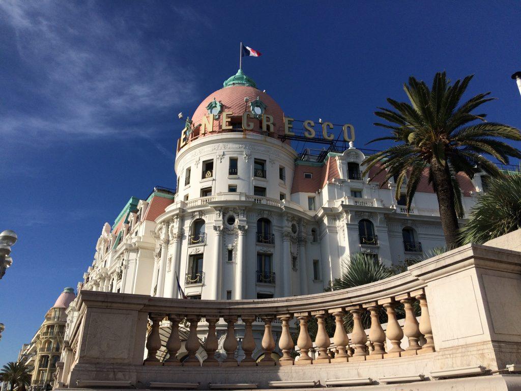 Uno dei palazzi più famosi di Nizza, si staglia nel cielo blu.