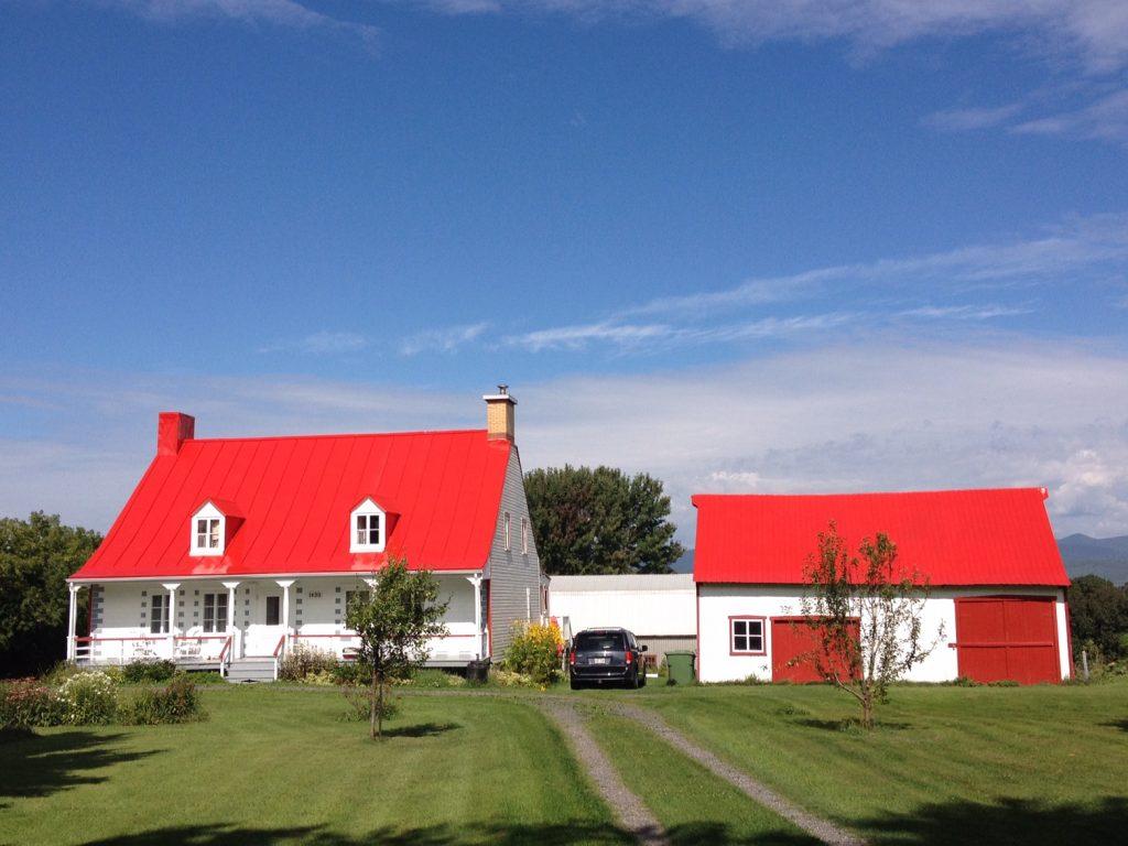 Una villetta dal tetto rosso brillante nell'Île d'Orléans.