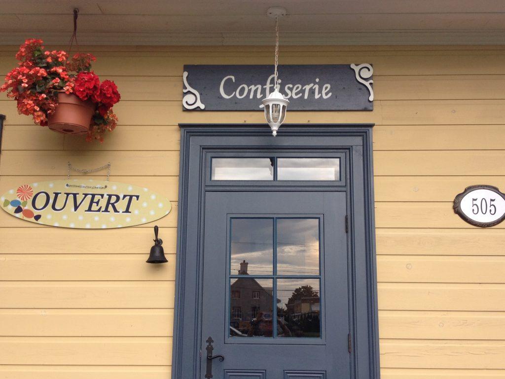 La porta d'ingresso della Confiserie de la Vieille École.