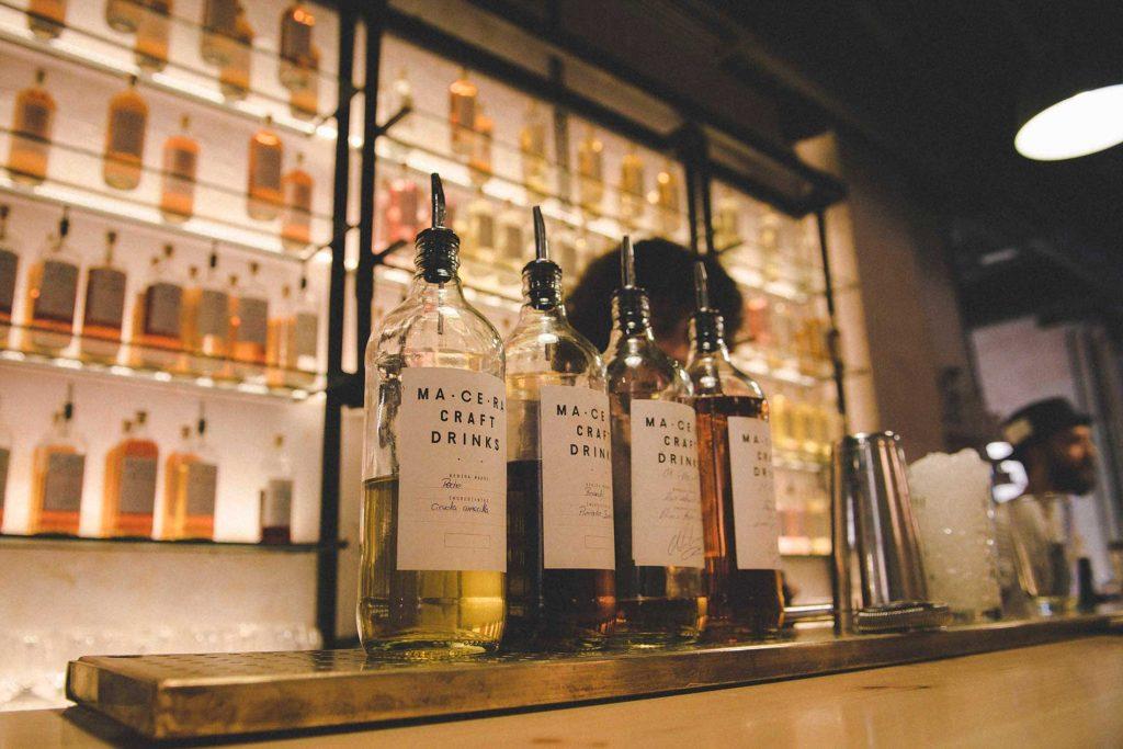 Bottiglie di alcolici sul bancone del bar.