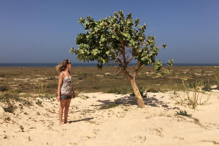 Corinna Agostoni, davanti ad una pianta di bombardera a Boa Vista