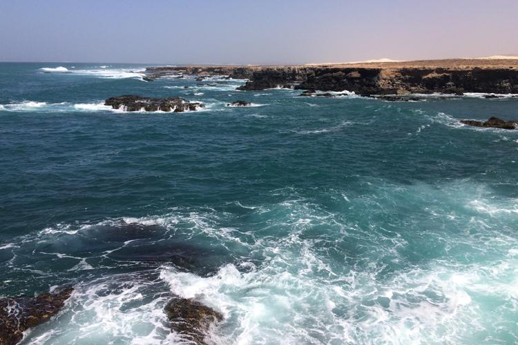 La costa rocciosa di Morro de Areia con il mare mosso a Boa Vista