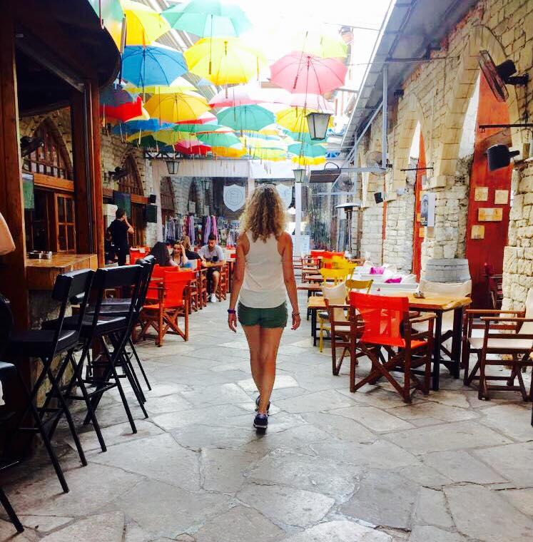 Il locale Juego Cafè, con gli ombrelli colorati che pendono dal soffitto.