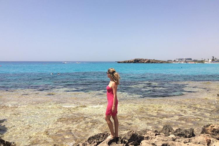 Corinna Agostoni davanti alle sfumature del mare di Ayia Napa, Cipro.