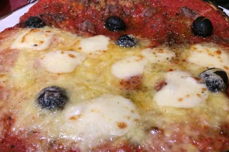 La pizza margherita servita da Chez Étienne a Marsiglia
