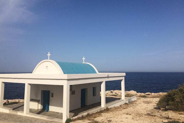 La Chiesa bianca e azzurra di San Cosmo e Damiano, a picco sul mare.
