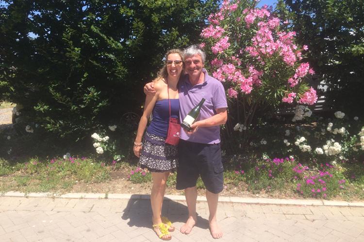Corinna Agostoni con Claudio Mariotto, nella sua azienda vinicola, con alle spalle una bella pianta di oleandro