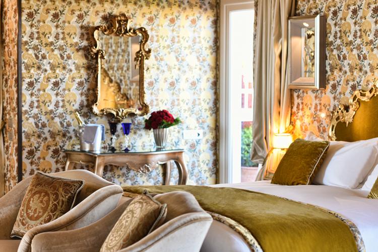 La camera da letto dorata dell'Hotel Papadopoli Venezia MGallery by Sofitel