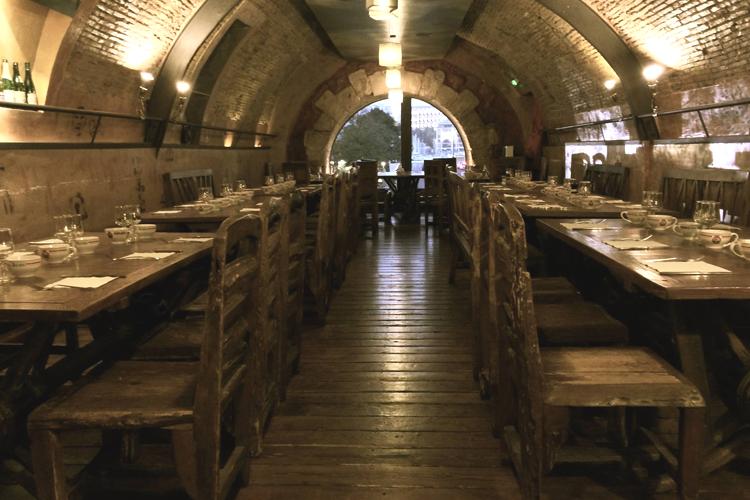 Il piano superiore de La Crêpe au Carré., uno dei posti suggeriti dove mangiare a Marsiglia