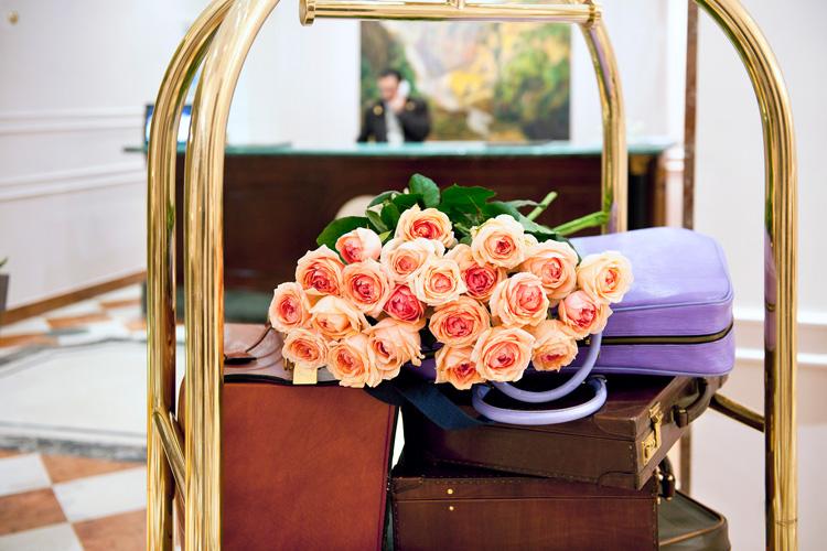 Mazzo di rose sopra le valigie nella reception di un hotel del gruppo AccorHotels