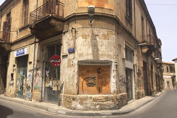 Uno scorcio di Nicosia, all'angolo tra due strade - Cipro.