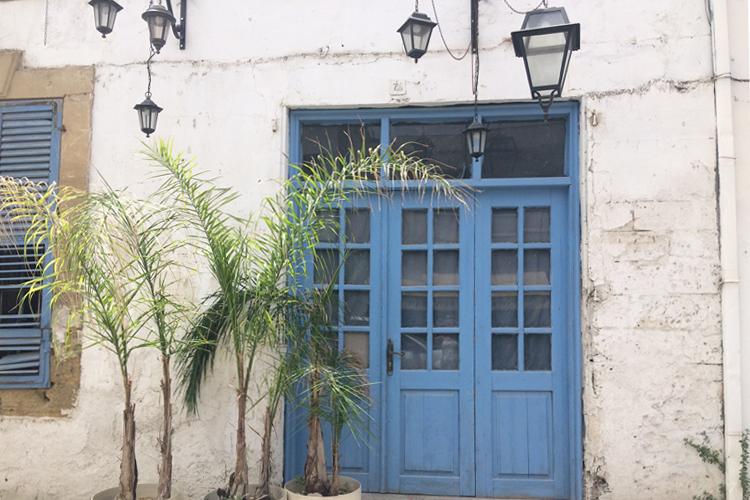Un edificio, a Nicosia, con le persiane dipinte d'azzurro.