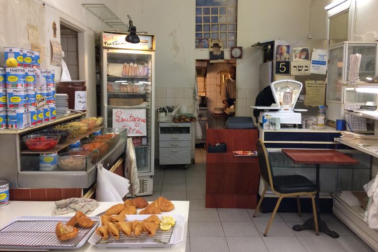 L'interno della Patisserie orientale dove mangiare a Marsiglia: latte di pomodoro, specialità appena preparate come il brick