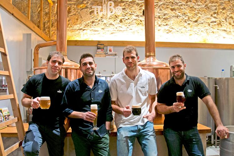 I quattro giovani proprietari della Pivo Micro Brewery, a Nicosia, Cipro.