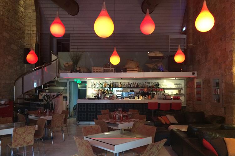 il locale Stretto Cafè, con luci a forme di gocce rosse che pensano dal soffitto.