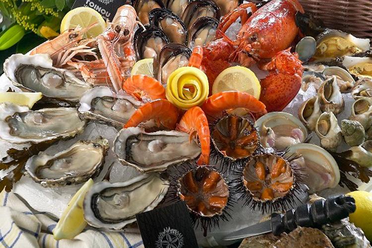 Un piatto di crudité con ostriche, ricci e gamberi da Toinou, dove mangiare pesce a Marsiglia