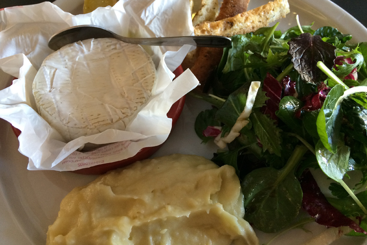 Camembert al forno con insalata di campo e purea di ceci, dove mangiare a Marsiglia
