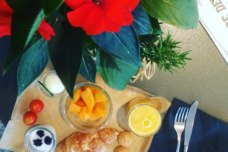 La mia colazione all'Ibis Milano Centro con macedonia, yogurt, croissant, amaretti e uovo sodo.