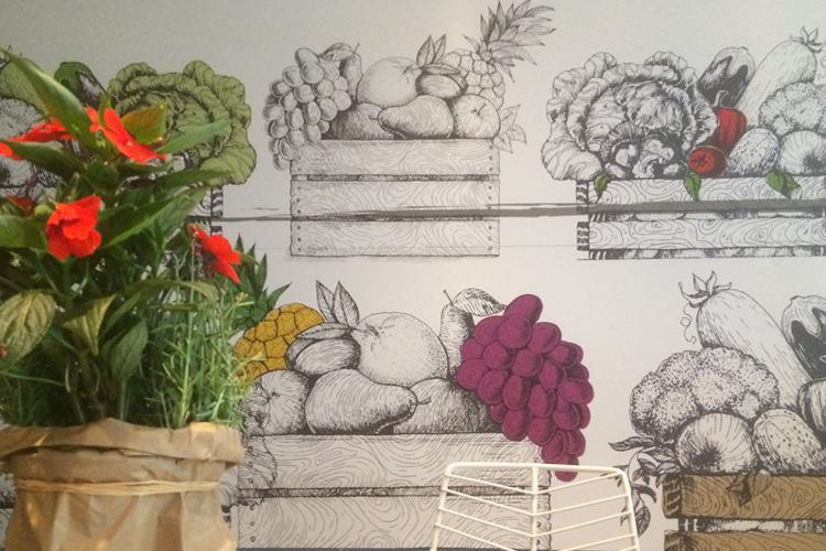 Una parete illustrata nella stanza delle colazioni all'Hotel Ibis Milano