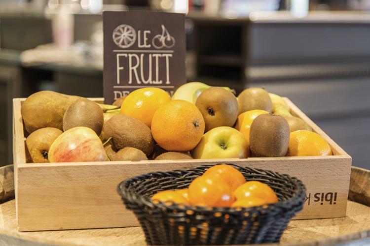 Il banco della frutta all'Ibis Milano Centro