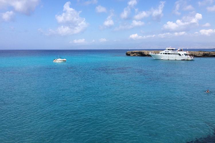 Giro in barca, tra le sfumature d'azzurro di Pafos.